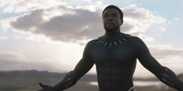 Chadwick Boseman nei panni di Black Panther nel film omonimo