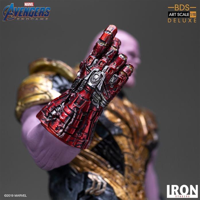 La statua di Thanos di Iron Studios - il dettaglio del guanto dell'infinito