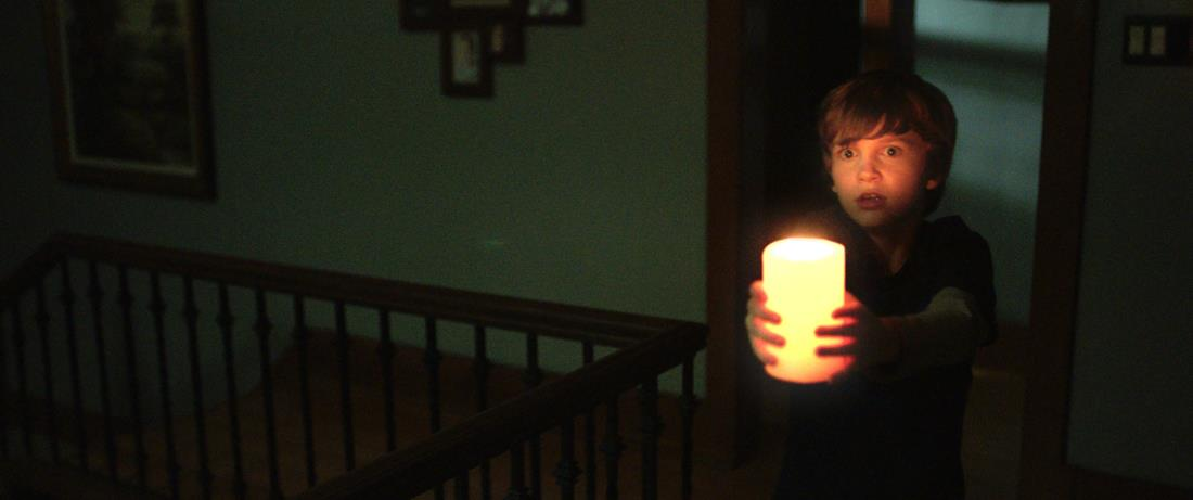 Martin terrorizzato in una scena di Lights Out.