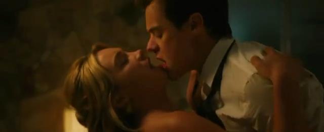 Harry Styles e Florence Pugh in una scena romantica di Don't Worry Darling