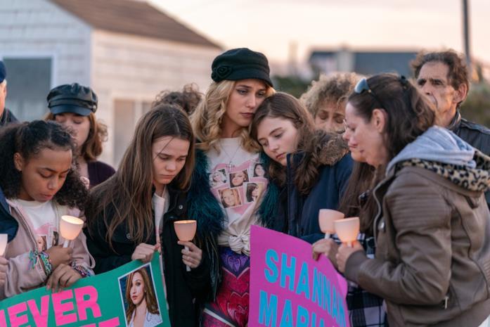 Le famiglie delle vittime pregano insieme in una veglia