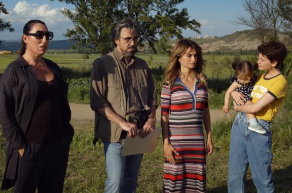 Il cast di Madres Paralelas di fronte alla fossa comune