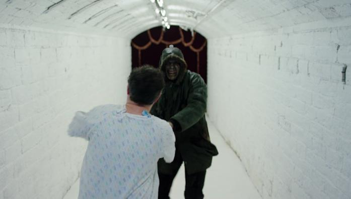 Callahan trascina Philip per un tunnel alla fine del quale si trova il letto d'ospedale