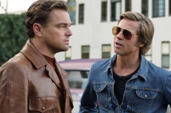Leonardo DiCaprio e Brad Pitt in una scena di C'era una volta... a Hollywood