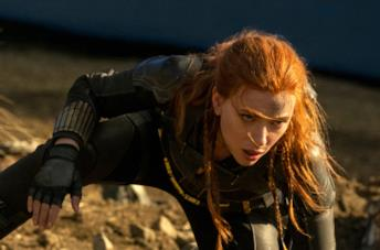 Black Widow si appoggia a terra