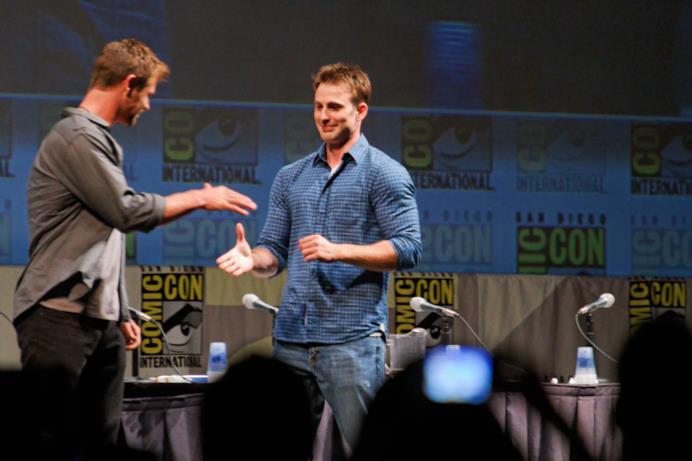 Hemsworth ed Evans: stretta di mano sul palco