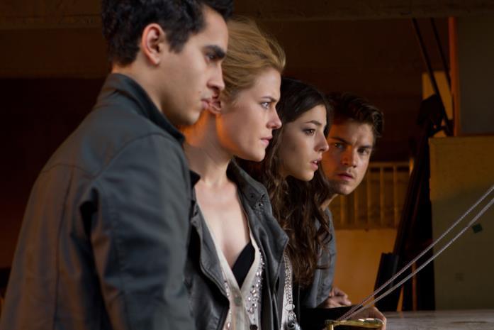 Max Minghella, Rachael Taylor, Olivia Thirlby e Emile Hirsch in una scena di L'ora nera