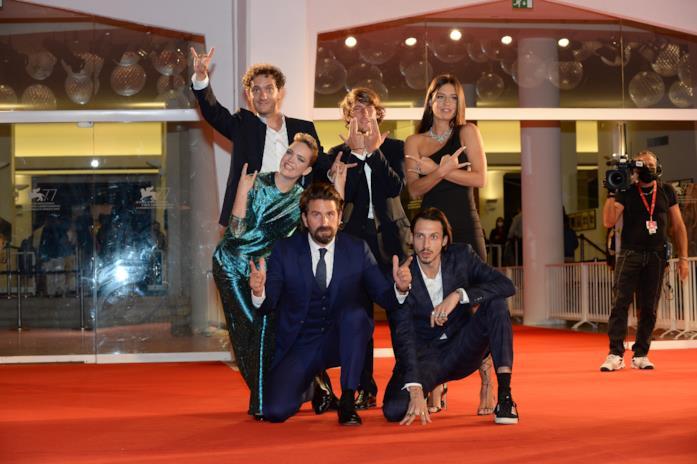 Il cast di Mandibules fa il gesto del Toro sul red carpet