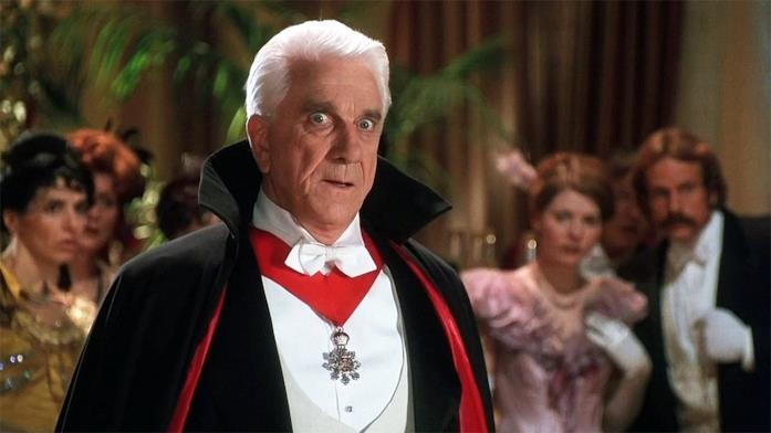 Un'immagine che ritrae Leslie Nielsen nei panni del Conte Dracula