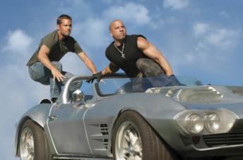 Paul Walker e Vin Diesel in una scena del film Fast & Furious 5