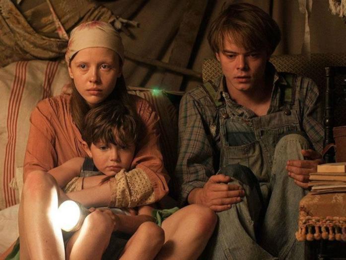Mia Goth, Matthew Stagg e Charlie Heaton interpretano i fratelli Marrowbone