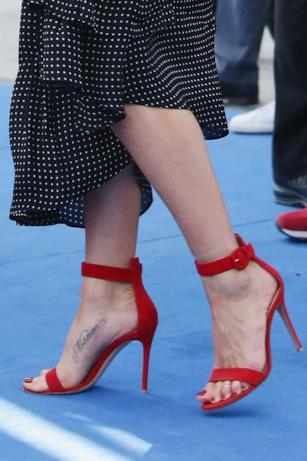 I sandali rossi con cinturino completano l'outfit di Jennifer Aniston al Giffoni