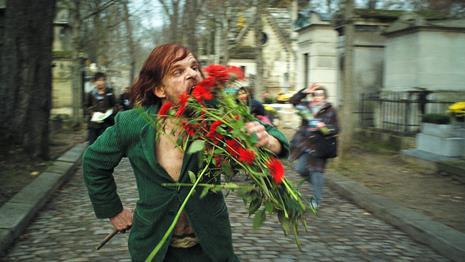 Mr. Merde mangia i fiori delle tombe in Holy Motors