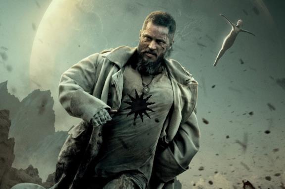 Raised by Wolves, il trailer italiano dello sci-fi con Travis Fimmel in arrivo su Sky