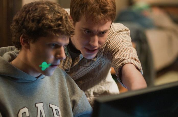 Mark Zuckerberg (Jesse Eisenberg) al PC in una scena di The Social Network