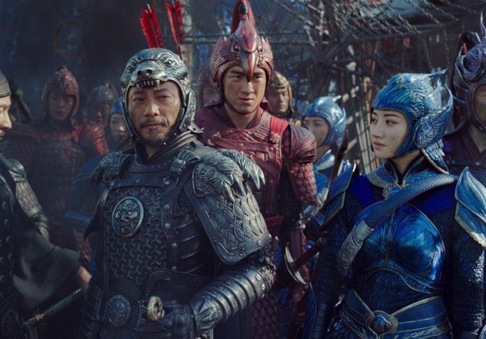 Le star cinesi indossano armature colorate in una scena del film