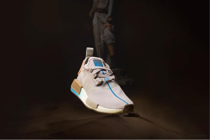 Questa sneaker è rifinita dal logo con Rey sulla linguetta