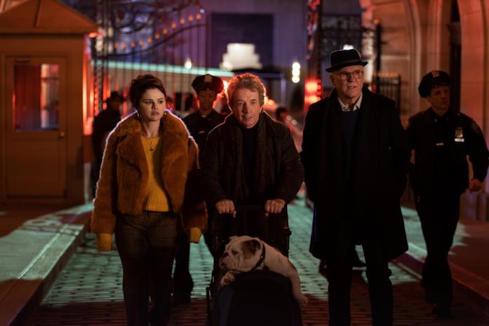 Selena Gomez, Martin Short e Steve Martin in una scena della serie Only Murders in the Building
