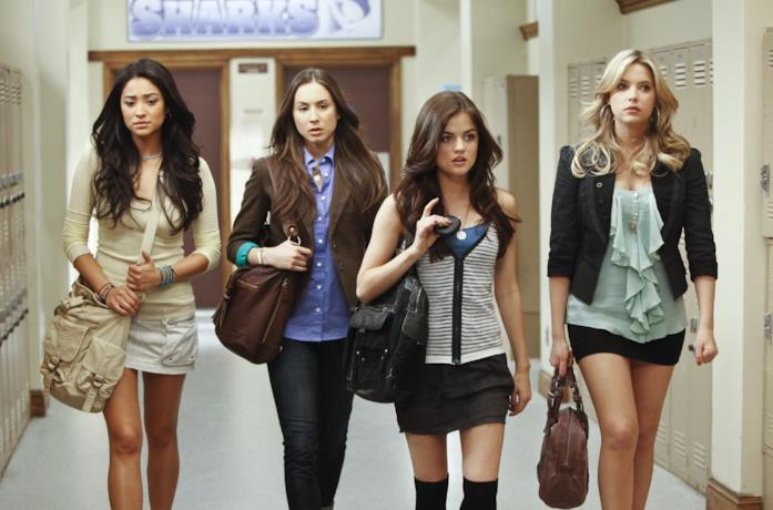 Una scena di Pretty Little Liars al liceo