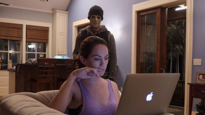 Kate Siegel in una scena del film Il terrore del silenzio