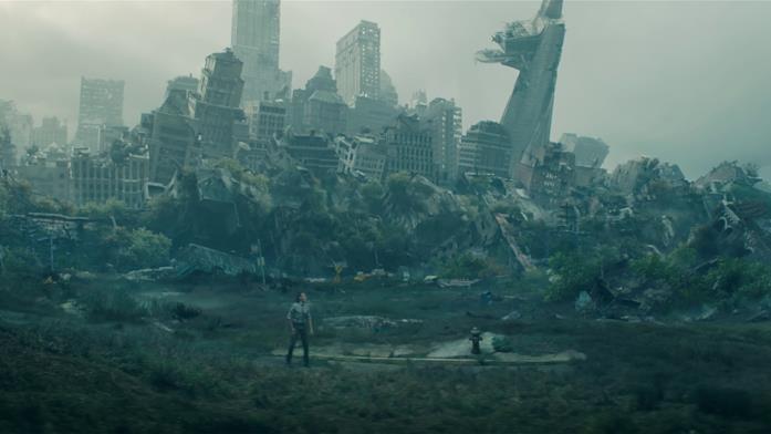 Loki tra le rovine di New York, con la Stark Tower distrutta dietro di lui