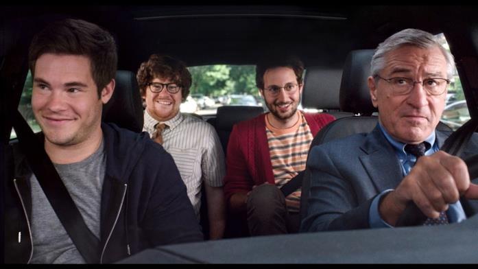 Robert De Niro con altri membri del cast in una scena de Lo stagista inaspettato