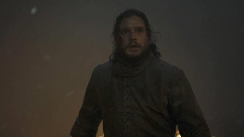 Jon Snow/Aegon Targaryen sorpreso in mezzo a fumo e fiamme