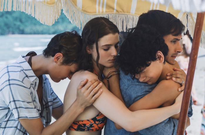 La famiglia protagonista del film si abbraccia