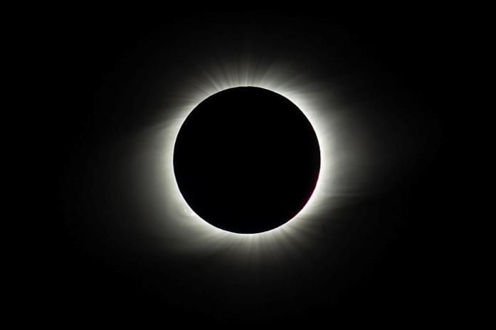 L'immagine di un'eclissi tra le nuvole