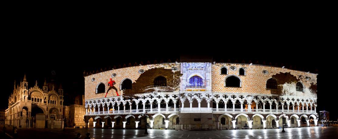 Una panoramica dei giochi di luce a Piazza San Marco di Spider-Man: Far From Home