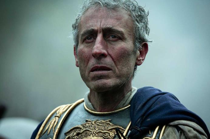 Un romano sta guardando preoccupato il campo di battaglia