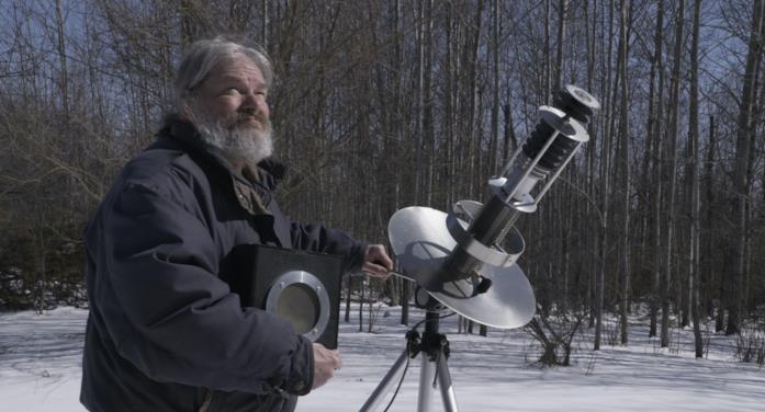 John Shepherd in una scena del cortometraggio John e la musica per gli alieni
