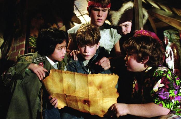 I Goonies consultano la mappa