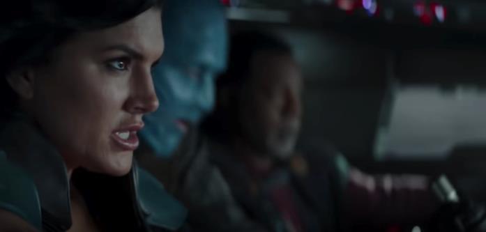 Cara Dune e Greef Karga con un personaggio dalla pelle blu