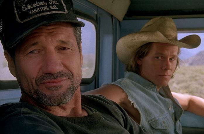 Fred Ward e Kevin Bacon in una scena del film Tremors