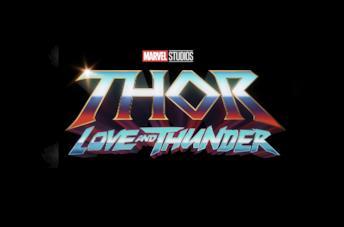 A sinistra una foto di Christian Bale, a destra il logo di Thor: Love and Thunder
