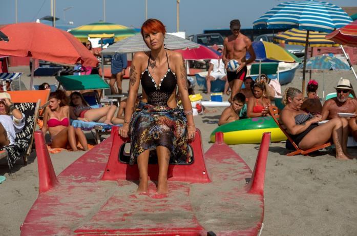 Paola Cortellesi in una scena del film Come un gatto in tangenziale
