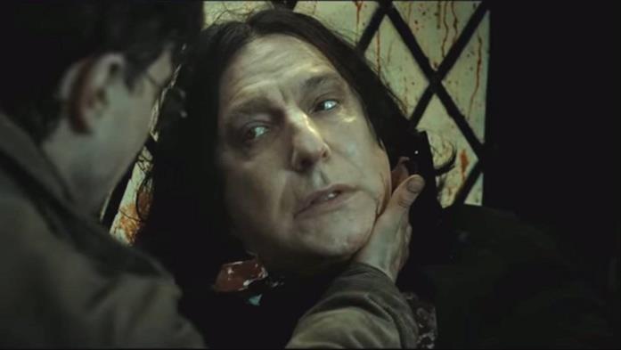 Harry tiene una mano sulla ferita di Piton mentre lui, morente, gli concede i suoi ricordi
