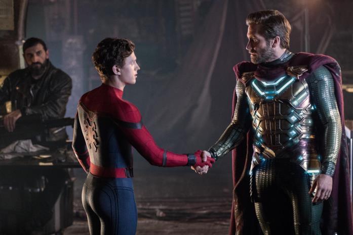 Spider-Man e Mysterio si stringono la mano