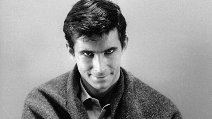 Norman Bates rivolge un suo sorriso terrificante alla camera