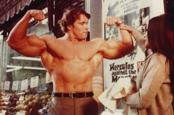 Arnold Schwarzenegger in una scena del film Ercole a New York