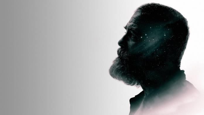 Profilo di George Clooney in un'immagine promozionale di The Midnight Sky