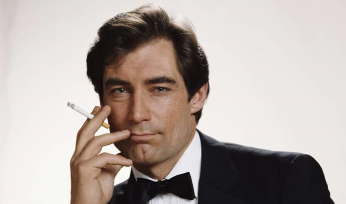 James Bond fuma