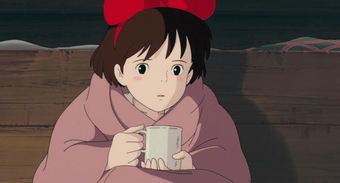 Kiki avvolta in una coperta beve un infuso mentre si confida con Ursula