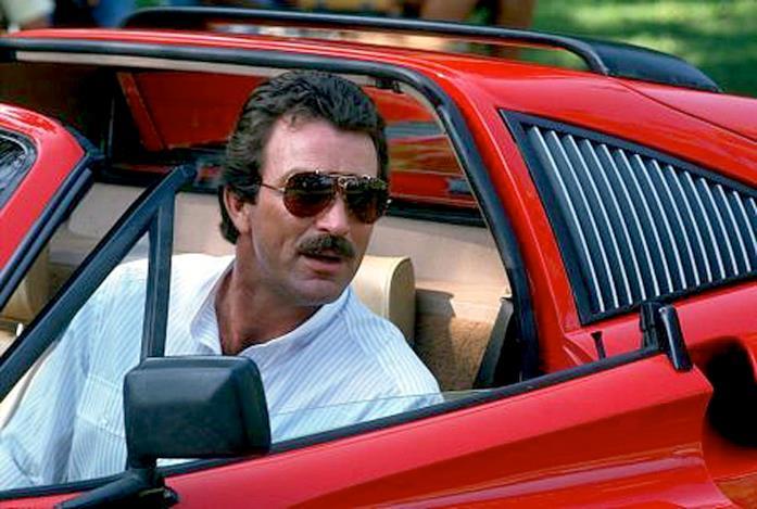 Un'immagine che ritrae Tom Selleck alla guida di una Ferrari nella serie Magnum P.I.