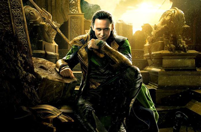 Loki, con un sorriso sul volto, è accovacciato.