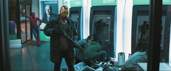 Uno screen della scena di Homecoming dove Spider-Man affronta dei ladri che indossano le maschere dei Vendicatori