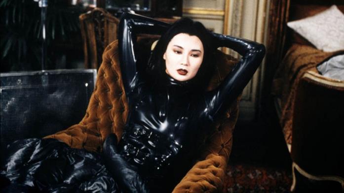 Maggie Cheung sdraiata sulla poltrona in una scena del film