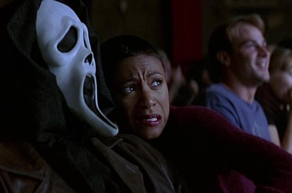 Ghostface di Scream e una delle sue vittime