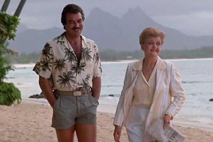 Una scena che ritrae insieme i protagonisti de La signora in giallo e Magnum P.I.